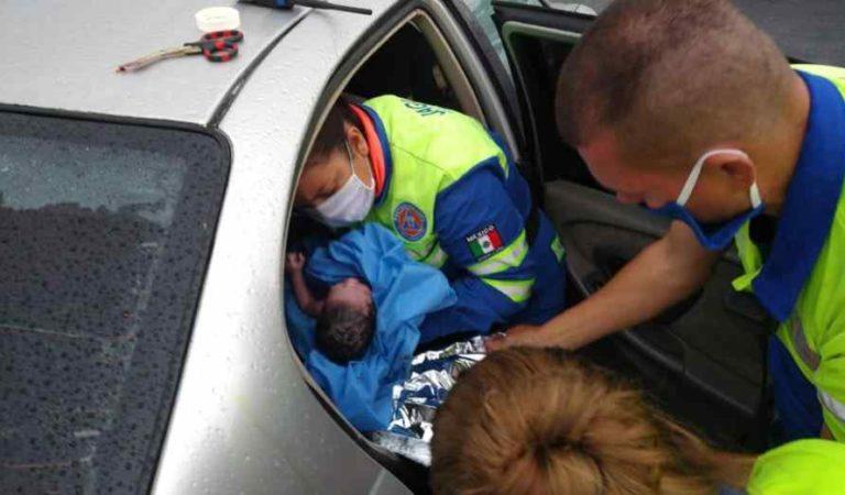 Bebé nace en el interior de auto durante tormenta en Monterrey