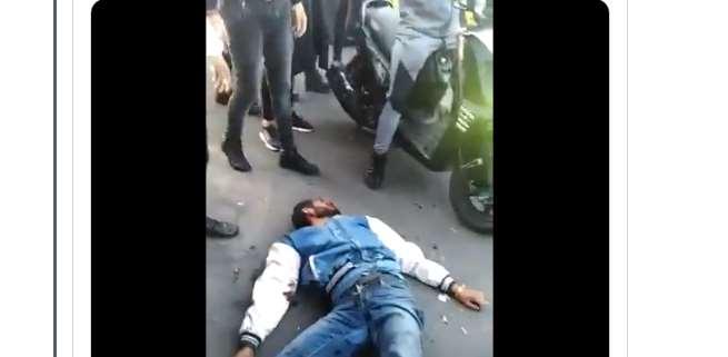 Por 'ratero' lo golpean hasta desmayarlo | VIDEO