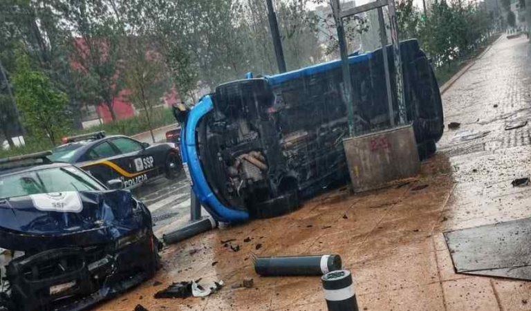 Vehículo se impacta contra patrulla y vuelca en CDMX