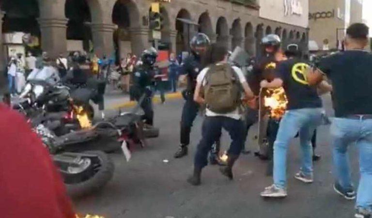 Manifestantes prenden fuego a policía en Guadalajara | VIDEO