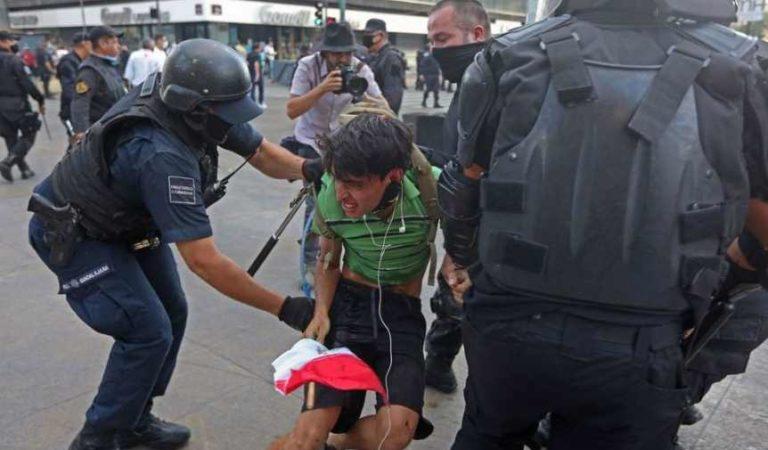 'Sólo sacó una bandera y lo golpearon': madre de joven detenido en marcha en Jalisco