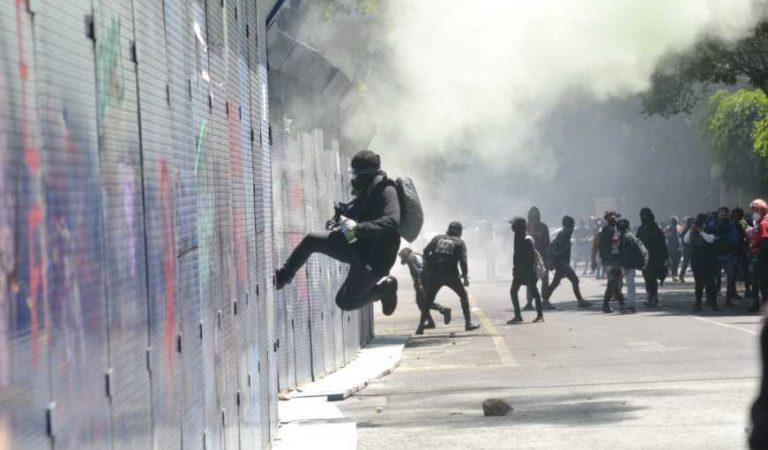 Encapuchados provocan destrozos y lanzan bombas molotov en embajada de EU en CDMX  VIDEOS