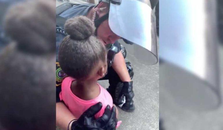 """¿Nos vas a disparar?""; pregunta de niña afroamericana a policía conmueve las redes y se viraliza (video)"