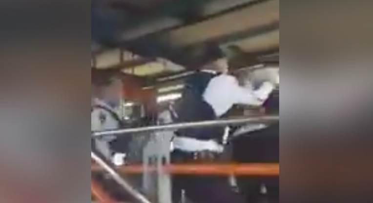 VIDEO: pelea campal entre policías y usuarios en el Metro