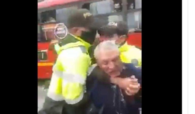 Con violencia policías someten a viejito que vendía dulces; le causan heridas en el rostro (video)