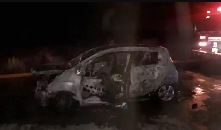 Taxi se incendia en pleno en servicio en Durango