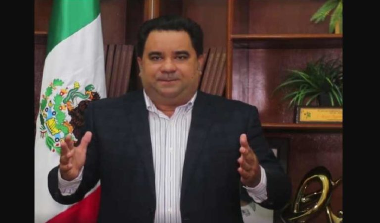 Alcalde ruega de rodillas apoyo de AMLO: 'se nos están muriendo en las puertas de los hospitales'