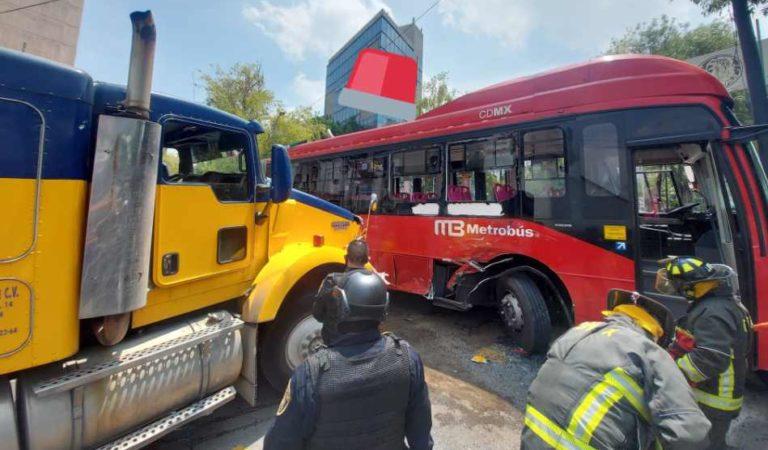 Choca tráiler contra Metrobús; reportan heridos | FOTOS Y VIDEO
