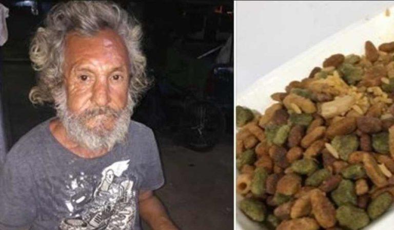 Dan de comer croquetas para perro con arroz a abuelito en estado de indigencia