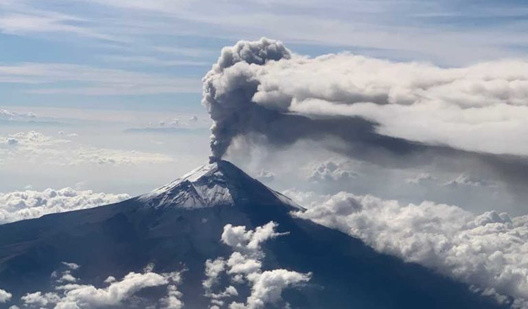Alerta por el Popocatépetl; volcán está arrojando fumarolas y material incandescente