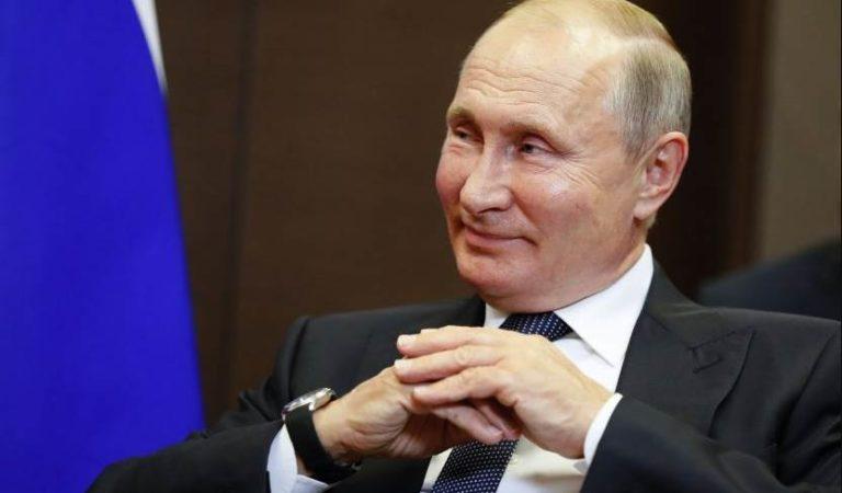 Vladimir Putin se burla de EU por colgar bandera LGBT en su embajada