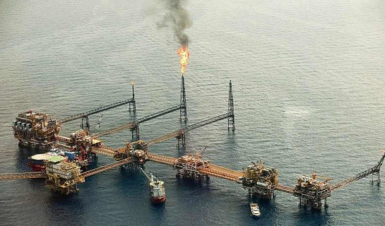 Empresa ligada a Lozoya trafica en altamar combustible robado a Pemex