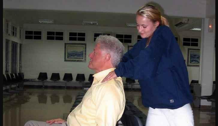 Filtran imágenes de Bill Clinton siendo masajeado por una supuesta víctima de Jeffrey Epstein