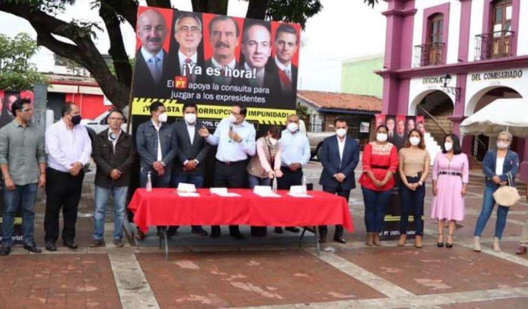 Ciudadanos recaban firmas para la consulta de juicio a ex presidentes
