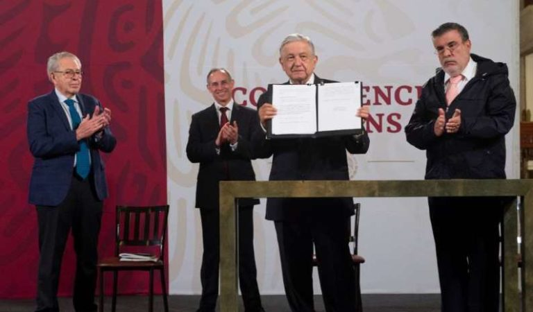 AMLO firma documento que propone enjuiciar a Salinas, Zedillo, Fox, Calderón y Peña