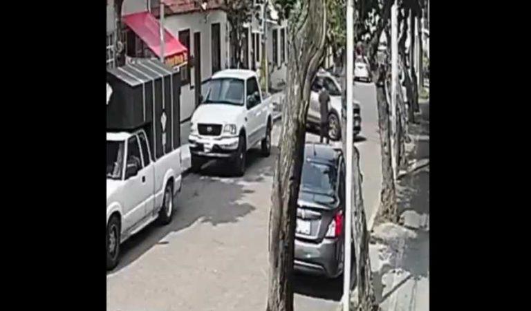 Sujeto atropella a joven mientras paseaba a su perrito en CDMX | VIDEO