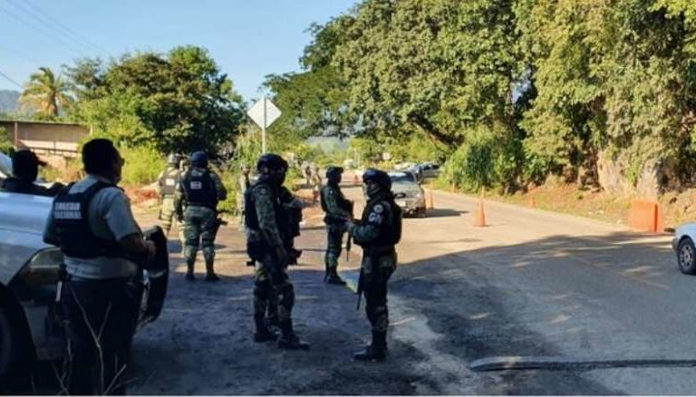 Ejército y policías desarman a la UPOEG; bloquean carretera  Acapulco-México