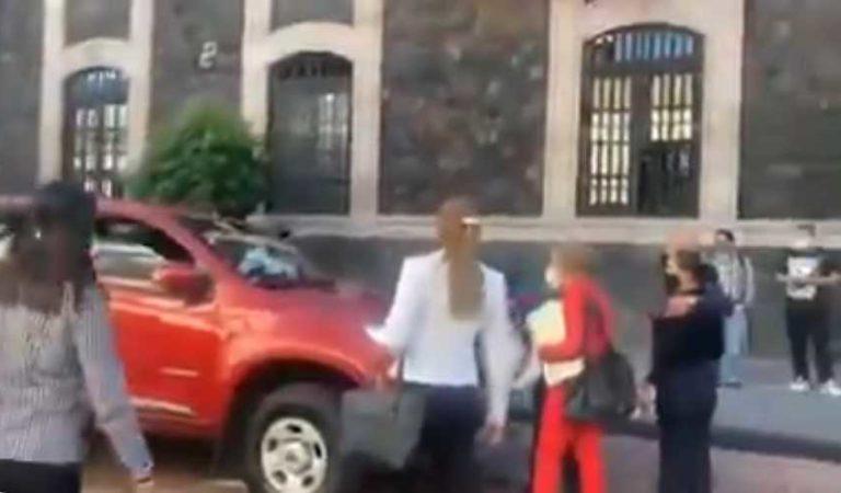 Ciudadanos defienden a policía embarazada de sujeto que intentaba aventarle una camioneta | VIDEO