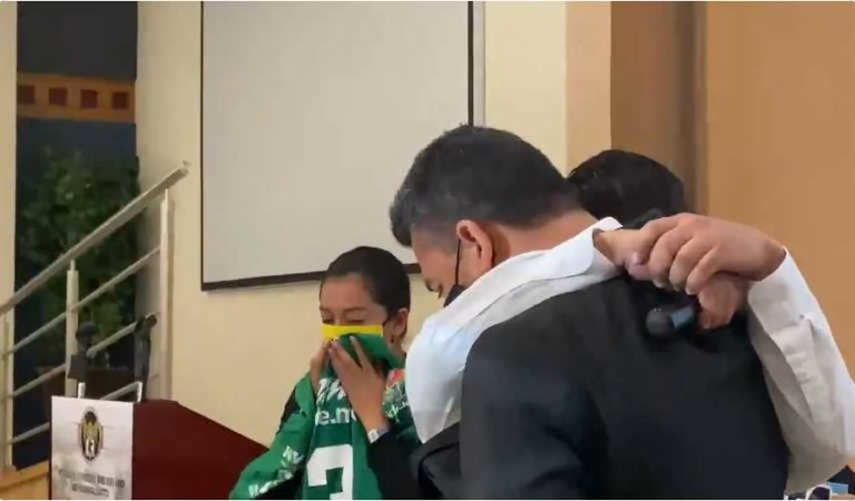 Hermano de reportero asesinado rompe en llanto mientras pide justicia