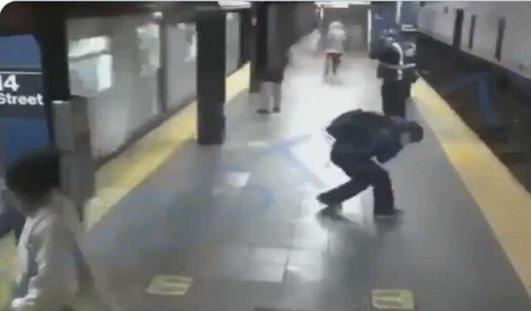Mujer es lanzada justo cuando el metro va pasando; resultó casi ilesa | VIDEO