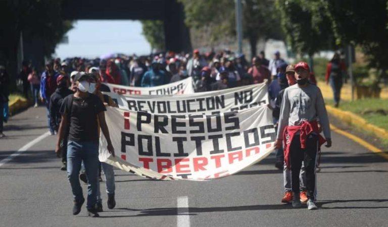Normalistas protestan por la detención de 62 de sus compañeros en Michoacán