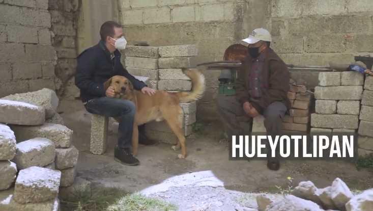 Ricardo Anaya bebe pulque, acaricia perro y conoce Tlaxcala; presume que durmió con familia humilde