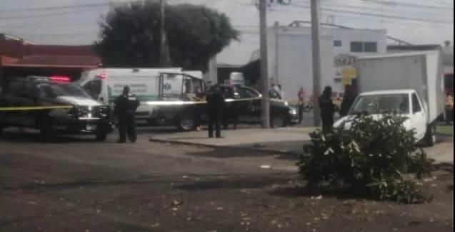 Lo asaltan y atropella a los ladrones en Guadalajara
