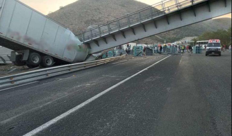 Tráileres son aplastados por puente peatonal, colapsó en autopista Querétaro-San Luis Potosí