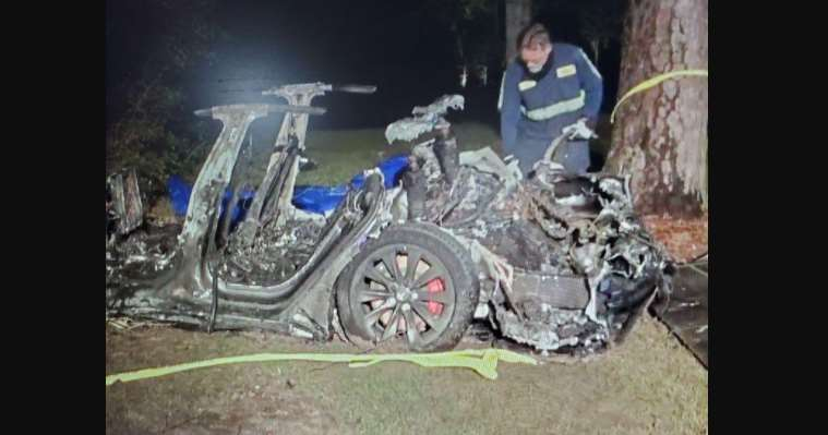 Mueren 2 personas en coche autónomo de Tesla; chocó contra un árbol y se incendió de inmediato